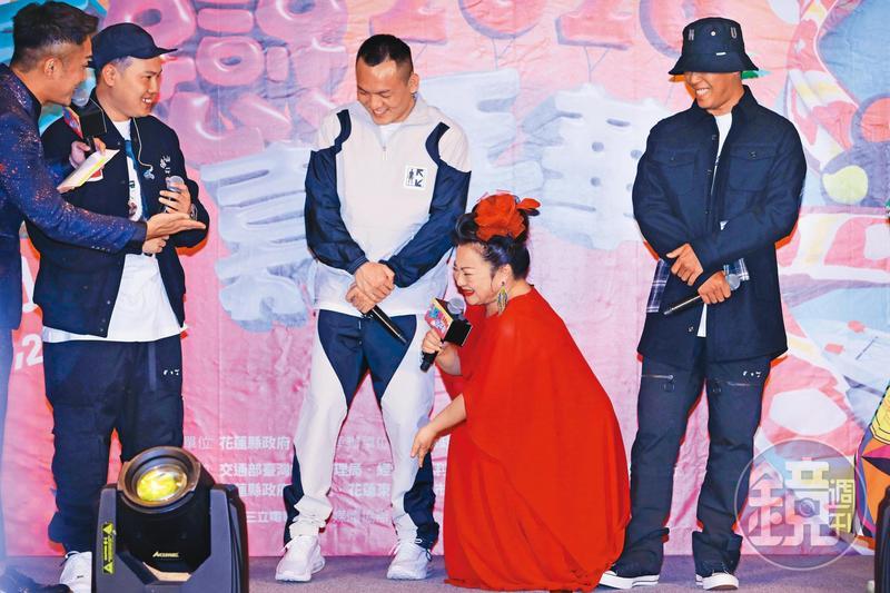 冰冰姐(中)與饒舌團體「玖壹壹」的春風(左)、健志(右)出席花蓮夏戀嘉年華的記者會,冰冰姐幫春風身體檢查。