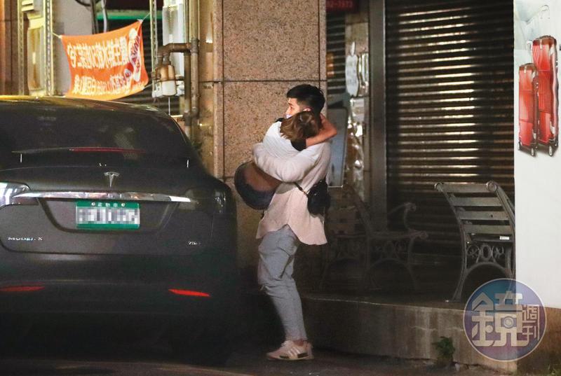 今年3月底熊熊被本刊拍到喝醉酒後,被鄭旭哲公主抱下車。