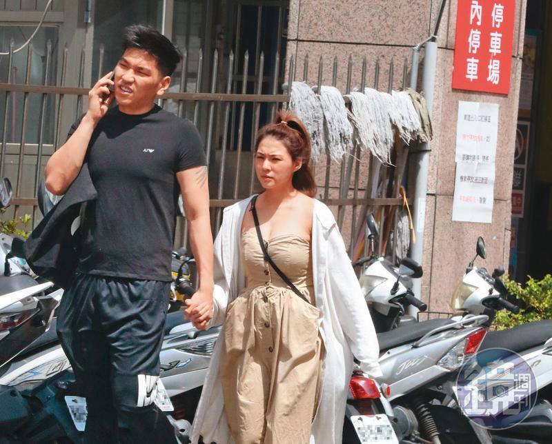 7/24 13:47熊熊(右)與鄭旭哲(左)頂著39度高溫,手牽手漫步台北街頭。