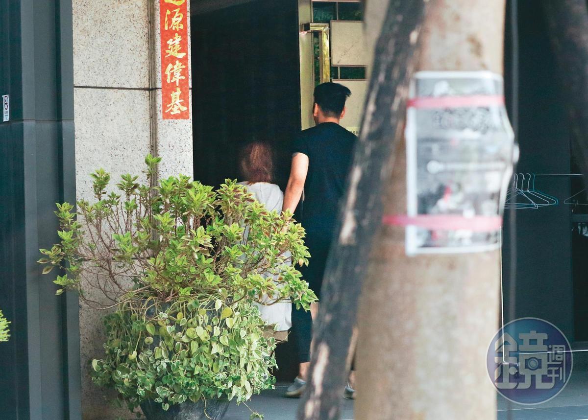 14:02熊熊(左)與鄭旭哲(右)出現在台北市內湖五期重劃區一處社區大樓,看起來熟門熟路。