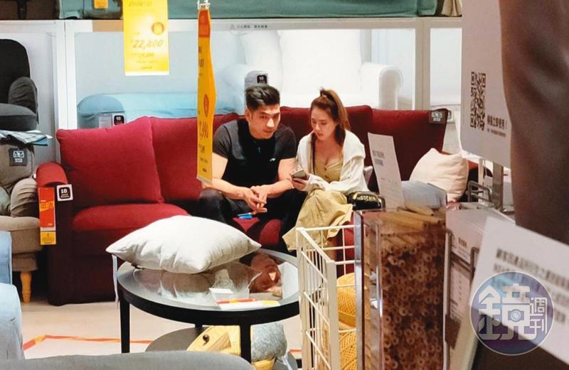16:40而後逛IKEA挑家具,就像一對新婚夫婦。