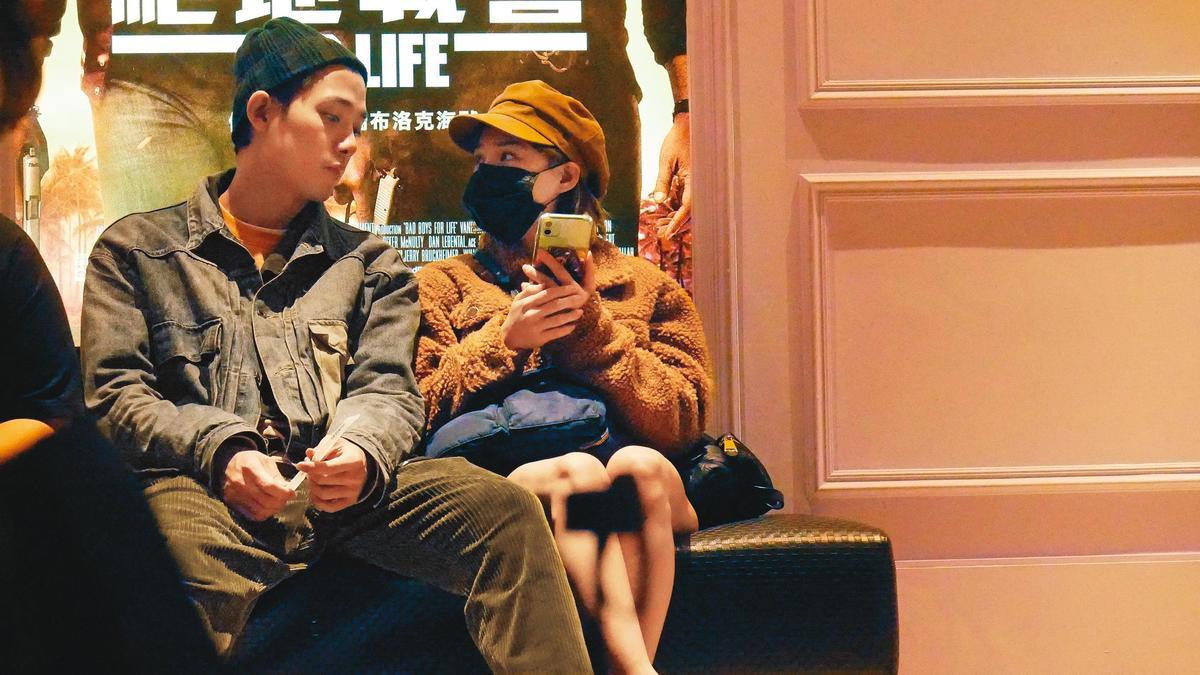 熊熊(右)圈內緋聞不斷,本刊就曾拍到她與李唯楓(左)一起看電影。