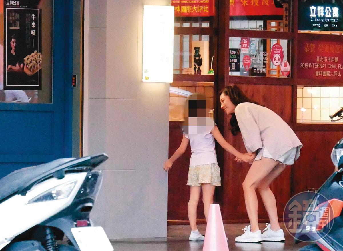 7/20 17:56 邵昕的老婆(右)與女兒到他麵店晚餐,吃完後母女先行離開。