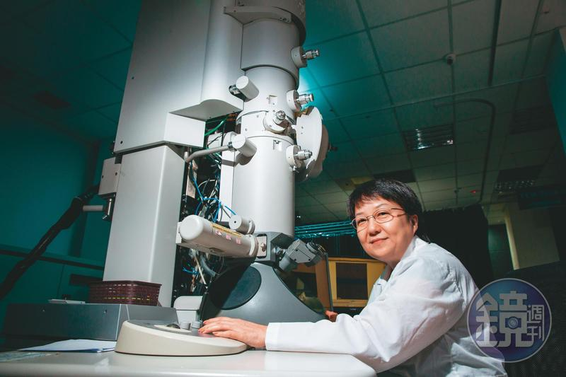 謝詠芬是國內第一位材料學女博士,18年前創立閎康科技,利用穿透式電子顯微鏡等貴重儀器,替國際級半導體大廠做分析檢測,是國內材料分析龍頭。