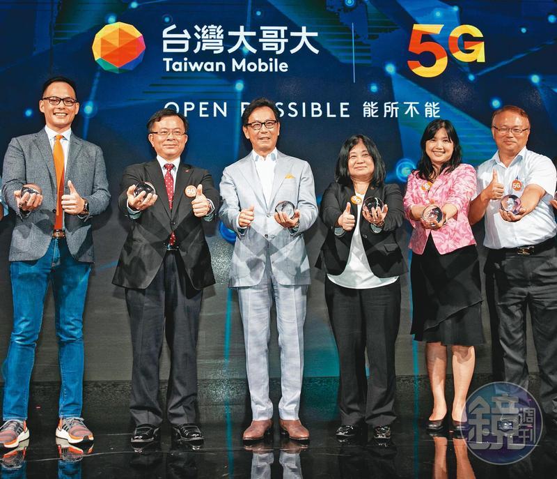 台灣大哥大董事長蔡明忠(左3)領軍,與中華電信同天互尬開台。