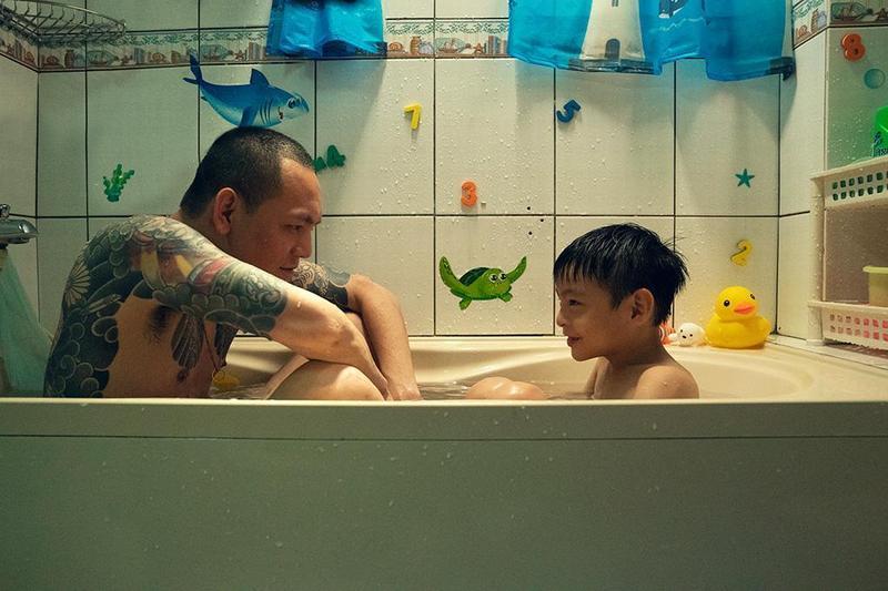 「玖壹壹」的春風(左)在許傑輝執導的短片《88海水浴場》,飾演忙碌工作的老爸。(翻攝自Short Shorts Film Festival & Asia官網)