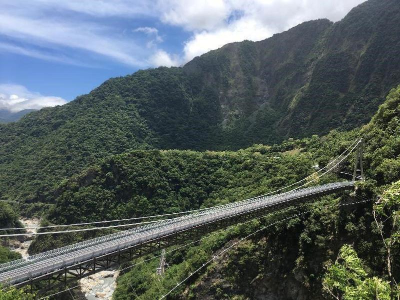 國內「深跨比最高」的太魯閣國家公園山月吊橋,終於確定將於8月12日下午開放體驗。(太魯閣國家公園提供)