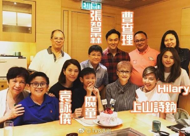 曹查理與張智霖是舅舅與外甥關係,網上也有他們的家族合照流出。(翻攝自TVB港劇微博)