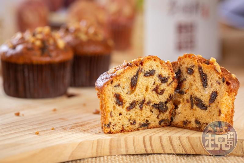 「桂圓蛋糕」每一口都吃得到日曬桂圓,加上核桃,層次多變,而且桂圓還用一樣秘密武器泡過。(180元/盒,10入)