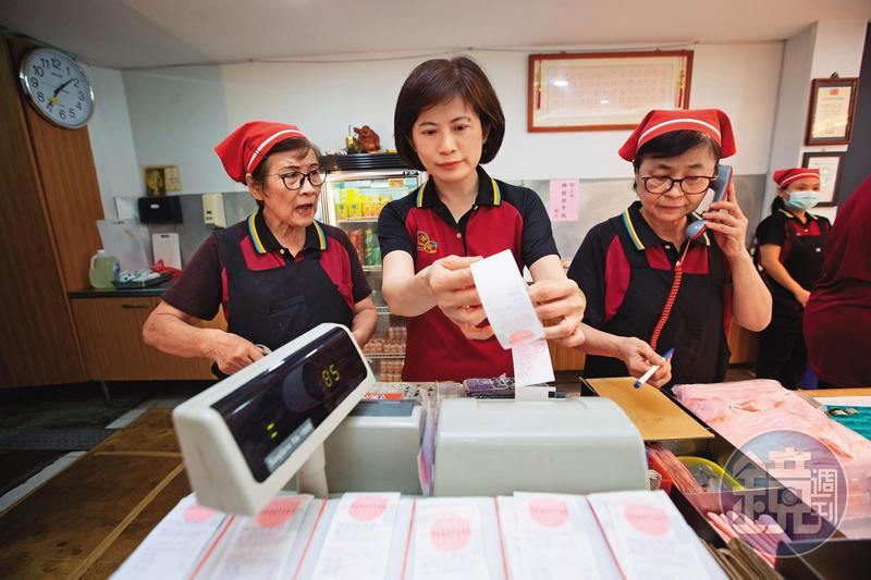 簡鸝鴻(中)的父親簡秋正去年因流感驟逝,身為長女的她,與母親曾素珠(左)、小媽陳淑貞(右)3位娘子軍合力扛起老店。