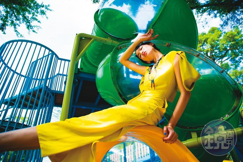 檸檬色交織細節垂肩洋裝 NT$102,100 by BOTTEGA VENETA/Blake造型項鍊 NT$49,800 by Chloé