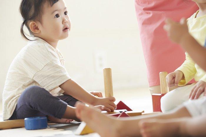 爸爸擔心1歲女兒在外也如家中般失控,寫聯絡簿詢問情況。(示意圖,翻攝fnn)