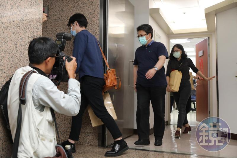 SOGO經營權爆出收賄,檢調人員大動作搜索遭約談立委辦公室。