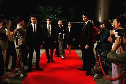 《BG終極保鏢2》大結局請來歌舞伎演員市川海老藏(中)客串演出。(翻攝自齋藤工Instagram)