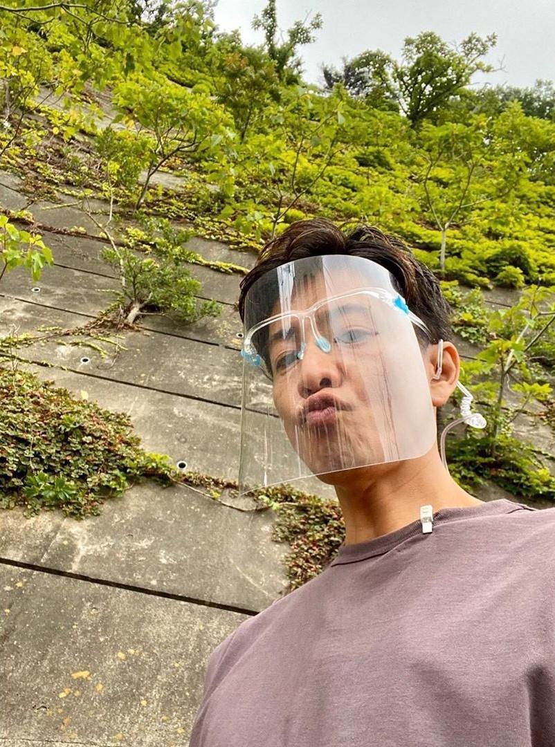 木村拓哉在拍戲期間十分小心,幾乎隨時都戴著透明面罩。(翻攝自木村拓哉Instagram)