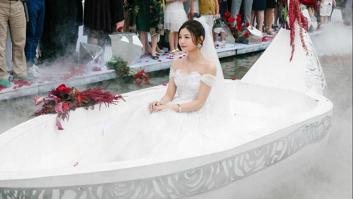 陳妍希的婚禮進場,被譏笑是生魚片冷盤。(翻攝微博)