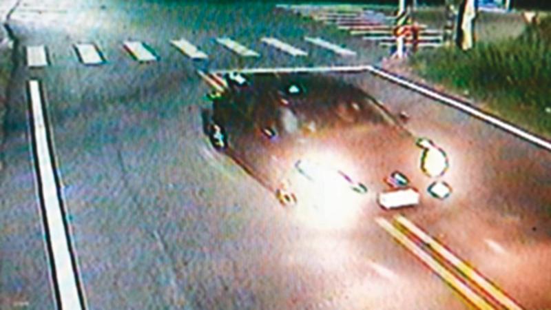 警方調閱監視器,發現余男被押走後,郭女坐上行凶少年開的車。(翻攝畫面)