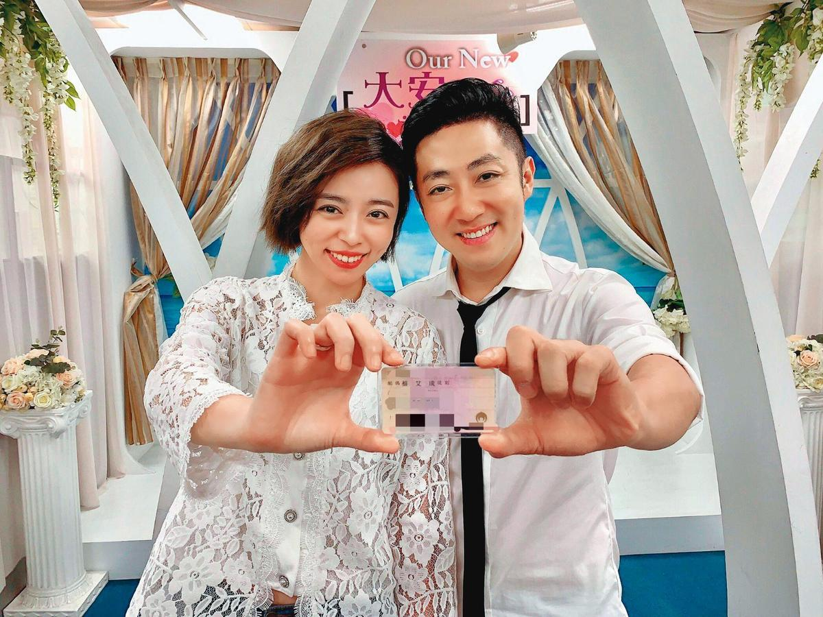 王瞳和艾成7月28日閃電赴戶政事務所登記結婚,近乎突襲。(民視提供)