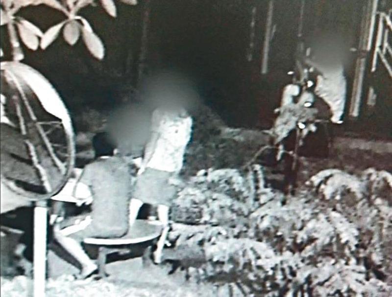 行凶的少年們犯案前在公園聚集,準備打人用的棍棒,被監視器錄下。(翻攝畫面)