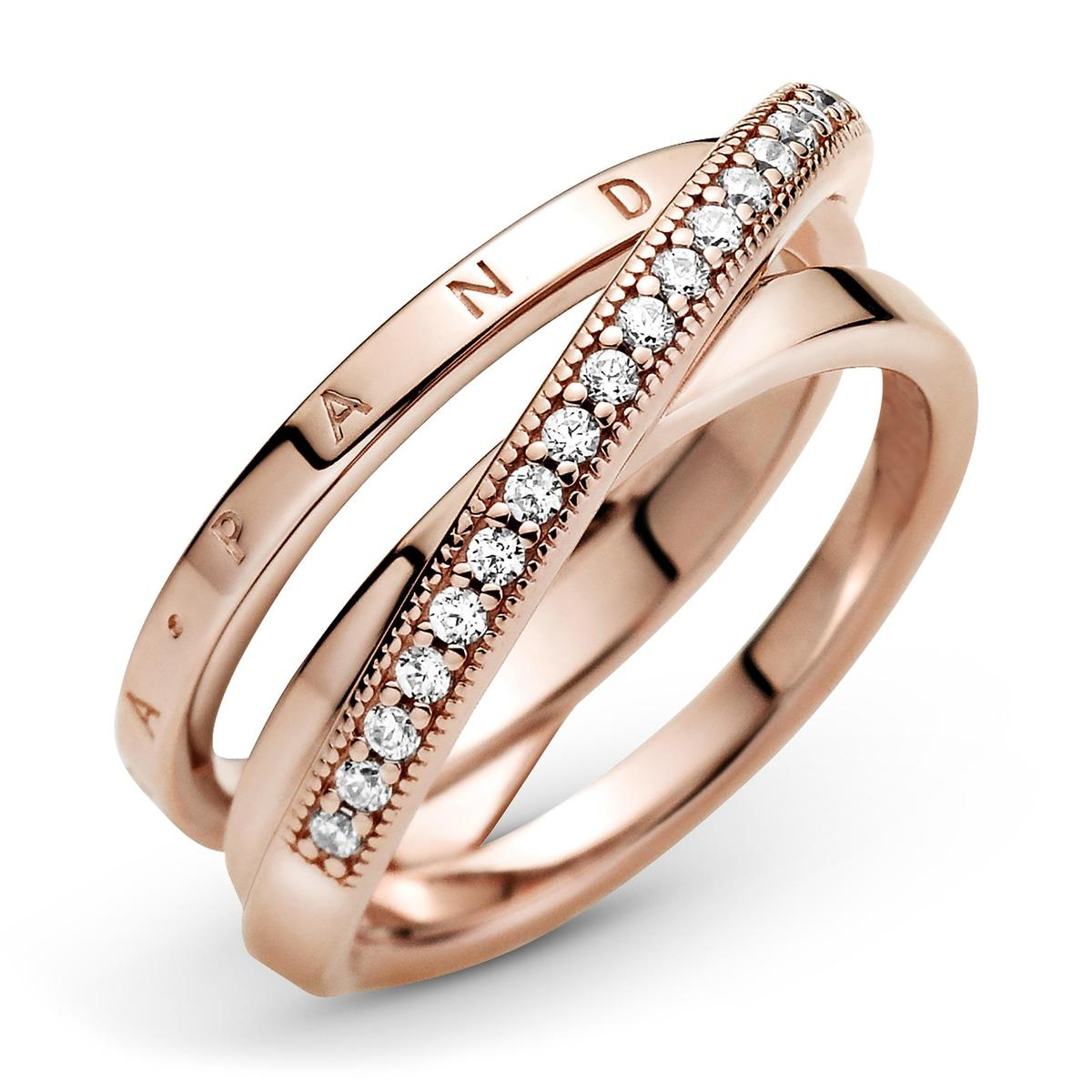 PANDORA Rose Signature交疊環圈鋯石戒指。NT$3,980。(PANDORA提供)
