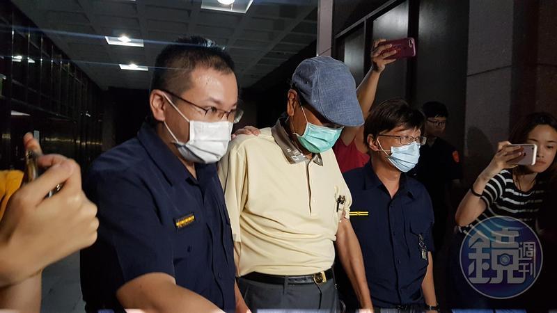 陳唐山今天凌晨訊後被咬依貪汙罪以50萬元交保。