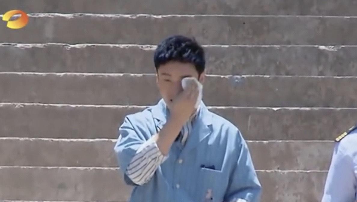節目中,黃曉明展現紳士風範,一個人扛著行李。(翻攝自芒果TV微博)