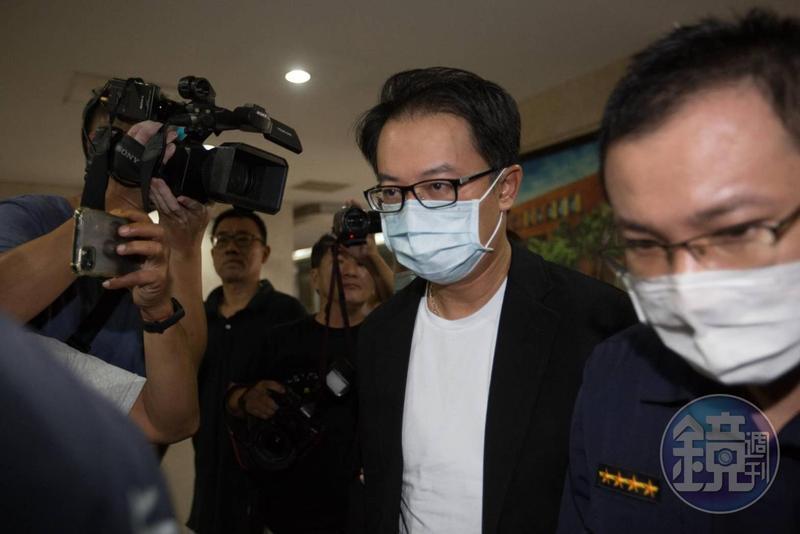 統領百貨總經理翁華利涉嫌擔任白手套,今日下午被檢方諭知以200萬元交保。