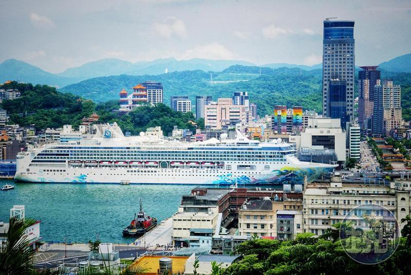 2020年7月26日,星夢郵輪探索夢號在基隆港展開疫情期間的國內跳島首航。(童心怡攝)