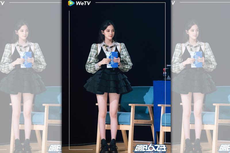歐陽娜娜在《明日之子樂團季》曝消暑美腿。(WeTV提供)
