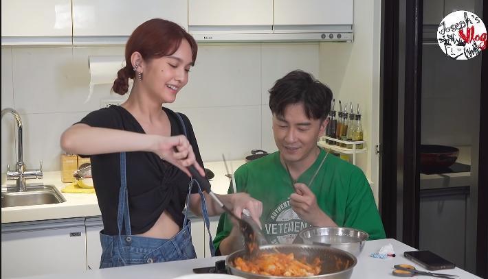 鄭元暢開創「不專業廚房」單元,邀請零下廚經驗的楊丞琳來做菜。(翻攝自鄭元暢官方專屬頻道Joseph Cheng's Official Channel Youtube)