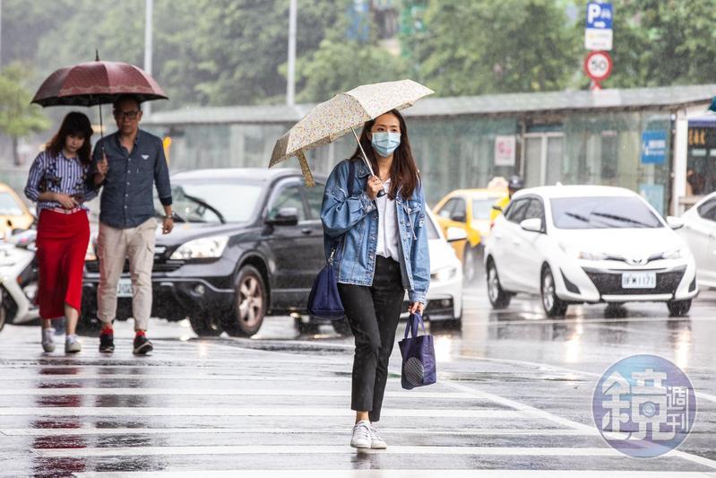 受到颱風外圍環流影響,中央氣象局針對台北市、新北市、台南市、高雄市、屏東縣發布大雨特報。(本刊資料照)