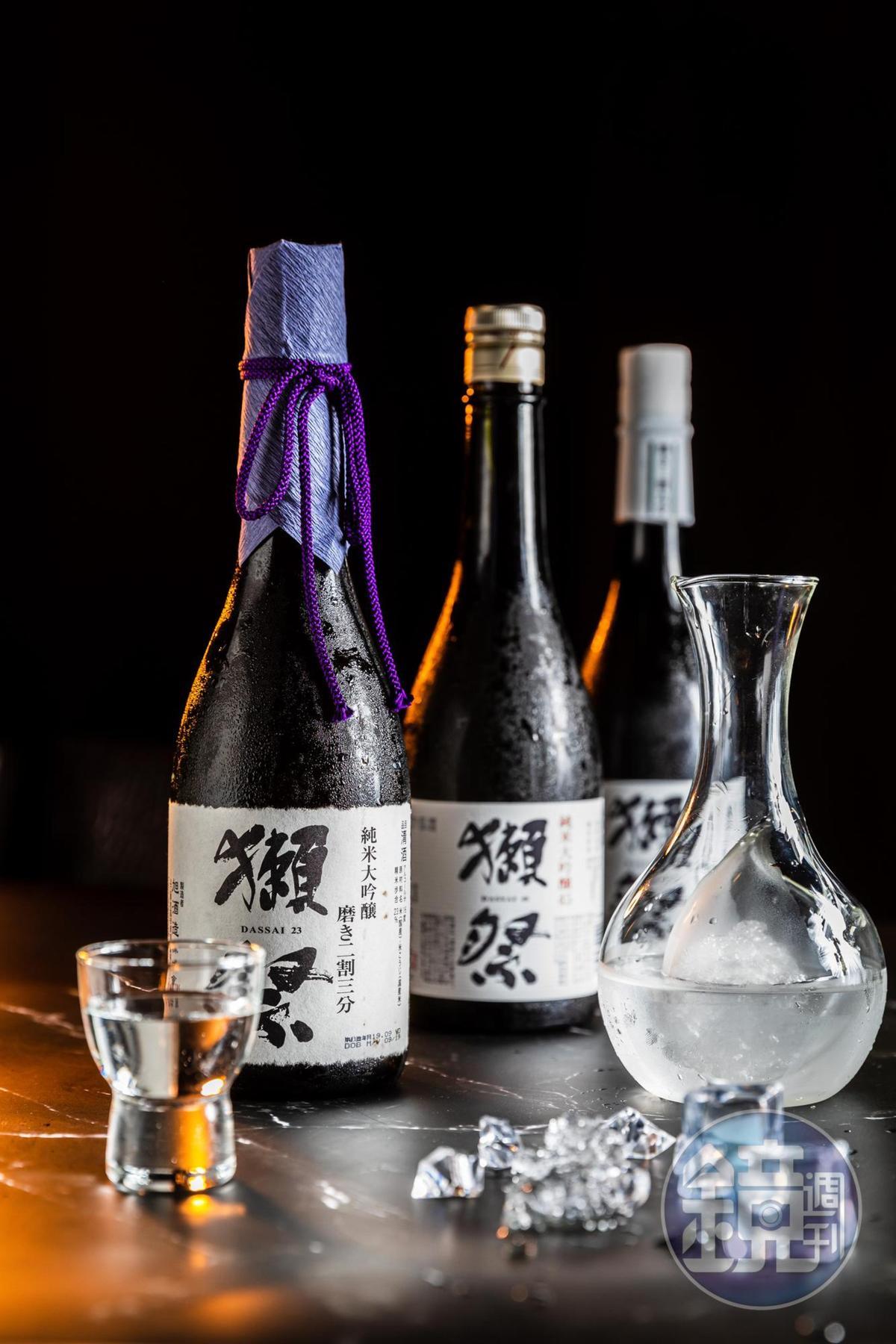 台灣人最熟悉的日本酒名牌「獺祭」沒缺席,「二割三分」(左,5,500元/720ml)「三割九分」(中,3,300元/720ml)採單瓶販售,「獺祭45」(右,5枚代幣/壺)則有上架自動販賣機。