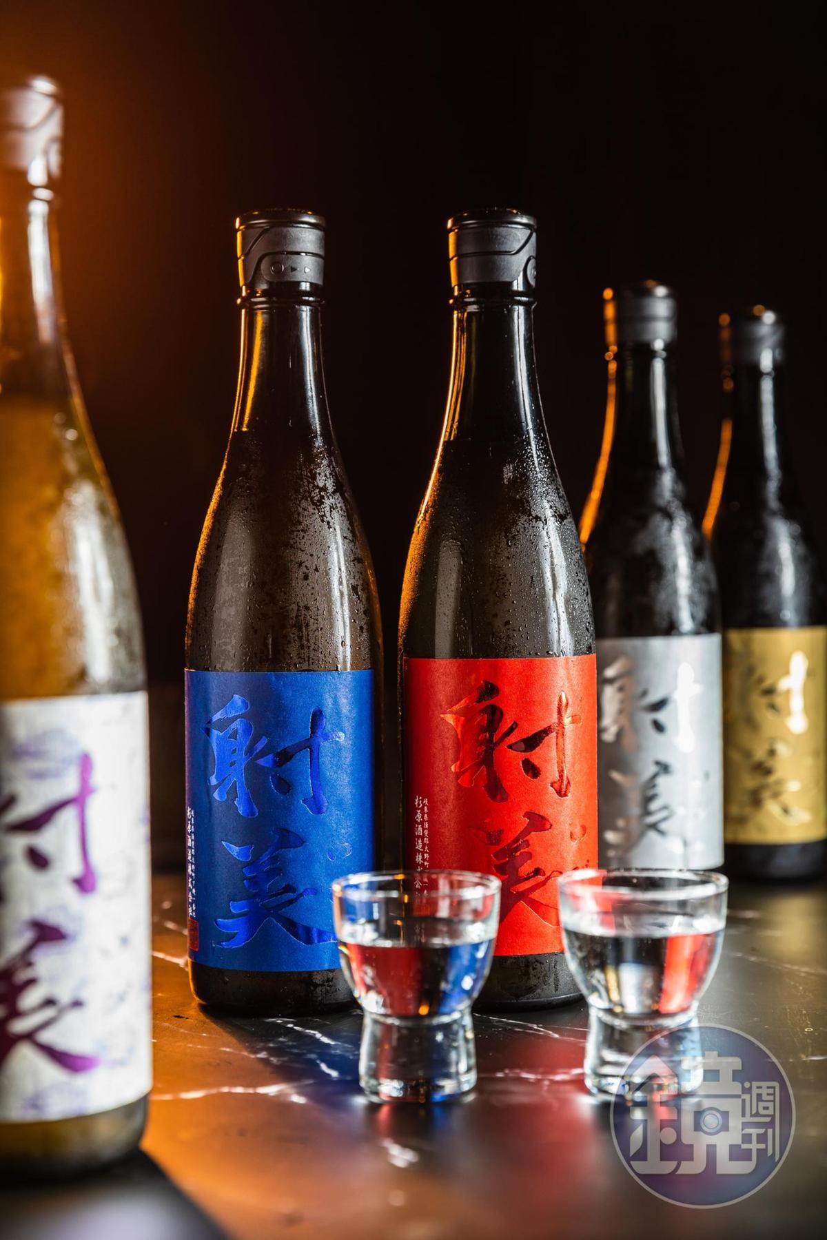 來自岐阜縣杉原酒造的「射美」只用自家培育酒米「揖斐の誉」釀製,數量稀少。「Blue」「Red」(左二及左三,均為2,800元/720ml)葡萄、蜜瓜香氣飽滿,口感甜美。