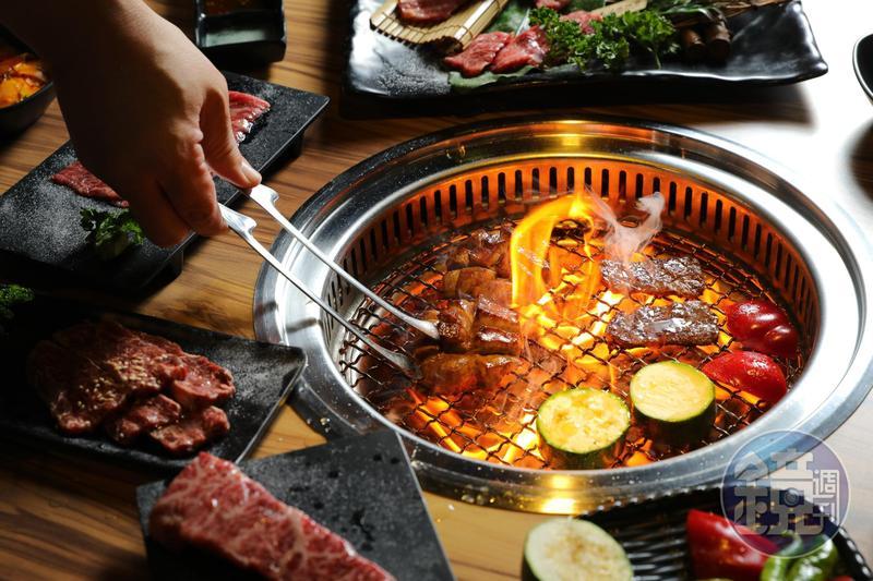「大股熟成燒肉專門」採專人桌邊服務,免動手就能享受最佳火侯。