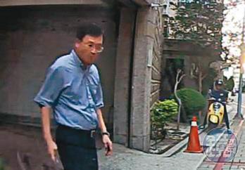 台南市政府衛生局長陳怡(圖)從家中走出到鄭姓女祕書旁全程遭錄下。(讀者提供)