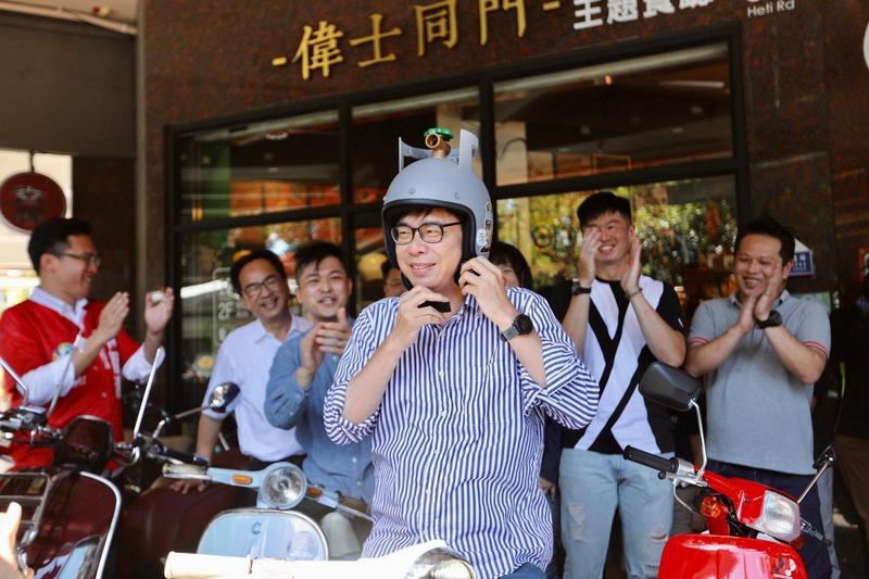 民進黨高雄市長候選人陳其邁戴上瓦斯桶造型的安全帽上路,被發現可能已經違規。(翻攝自陳其邁臉書)