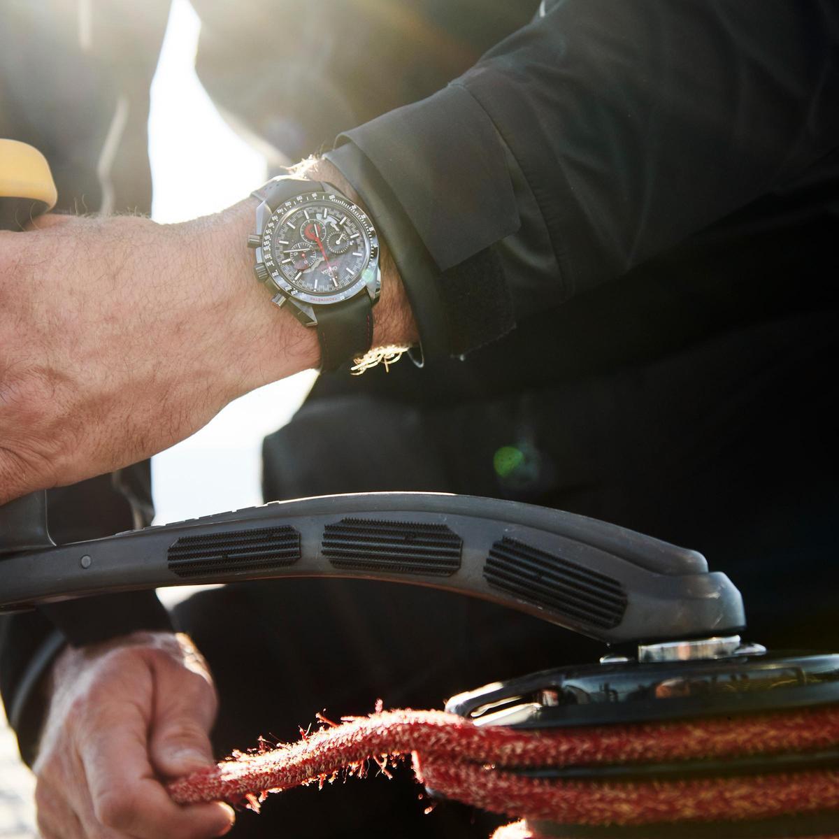 雖然是與ALINGHI帆船隊合作,但歐米茄反倒選擇以超霸月之暗面腕錶作為錶款基礎,把重心聚焦科技、材質與配色的對應,而非是海洋賽事主題中經常出現的潛水錶樣式。