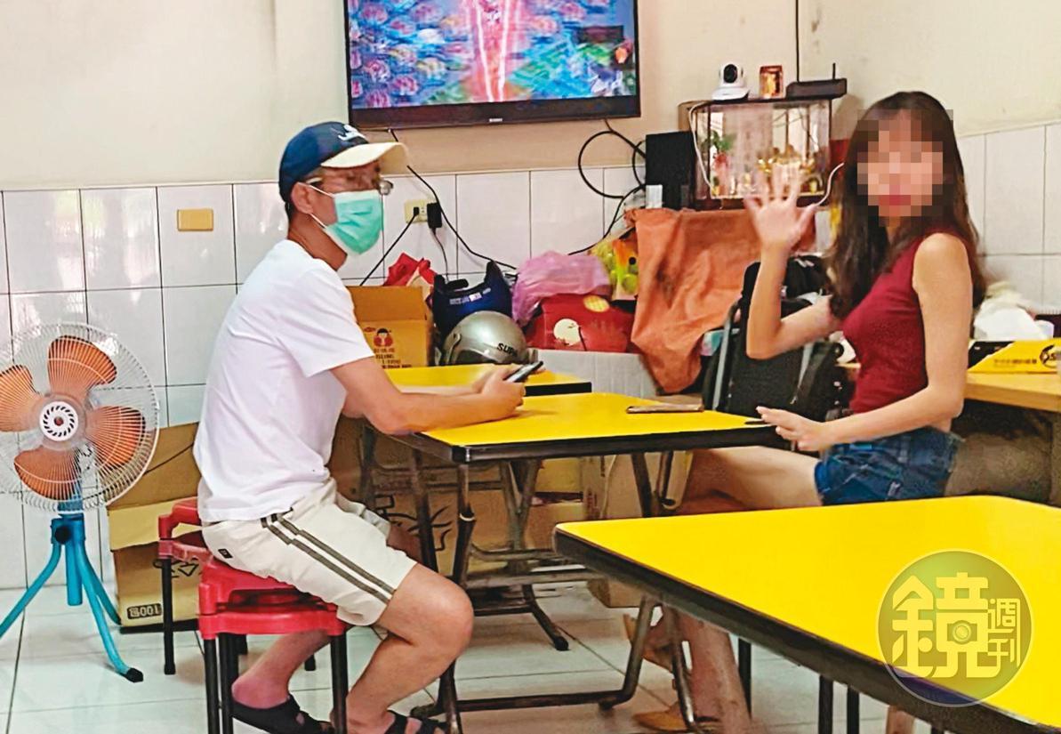 07/18 11:14丁允恭(左)與C女(右)吃完早午餐後,返回小套房,之後一整天未再出門。