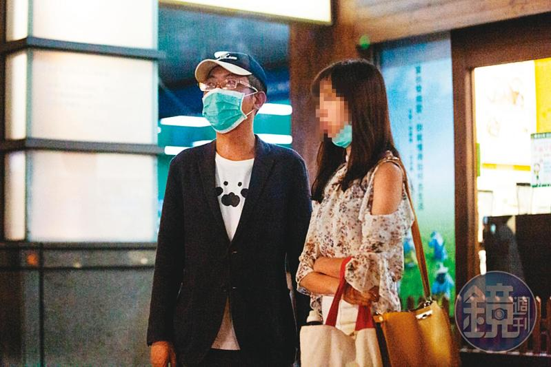 07/17 19:17總統府發言人丁允恭(左)傳新戀情,對象是小他近20歲的女記者(右)。