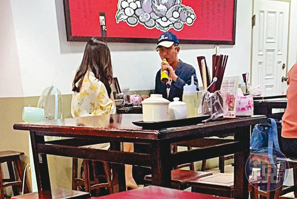 07/21 18:30丁允恭(右)與C女(左)在西門站附近的麵店吃晚餐,2人同喝1瓶飲料。