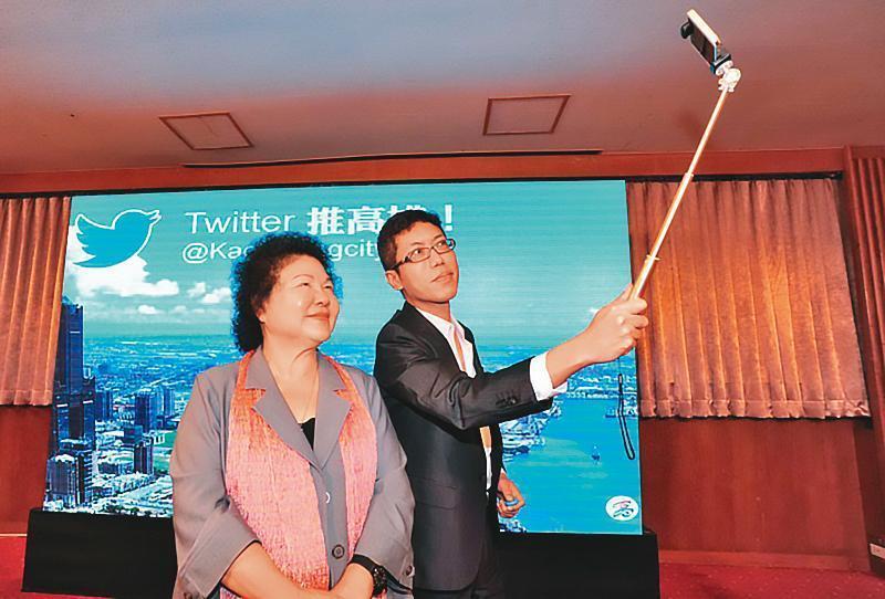 丁允恭(右)曾任高雄市政府新聞局長,被視為監察院長陳菊(左)的愛將。(高雄市政府提供)