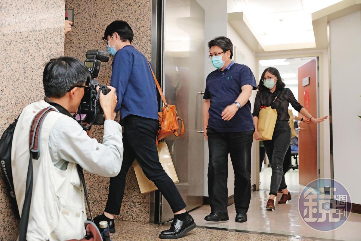 檢調兵分65路搜索,圖為北機站幹員搜查蘇震清立委辦公室,將物證帶回過濾清查。