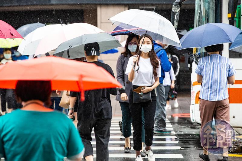 今天台南、高雄、屏東地區有局部大雨發生機率。