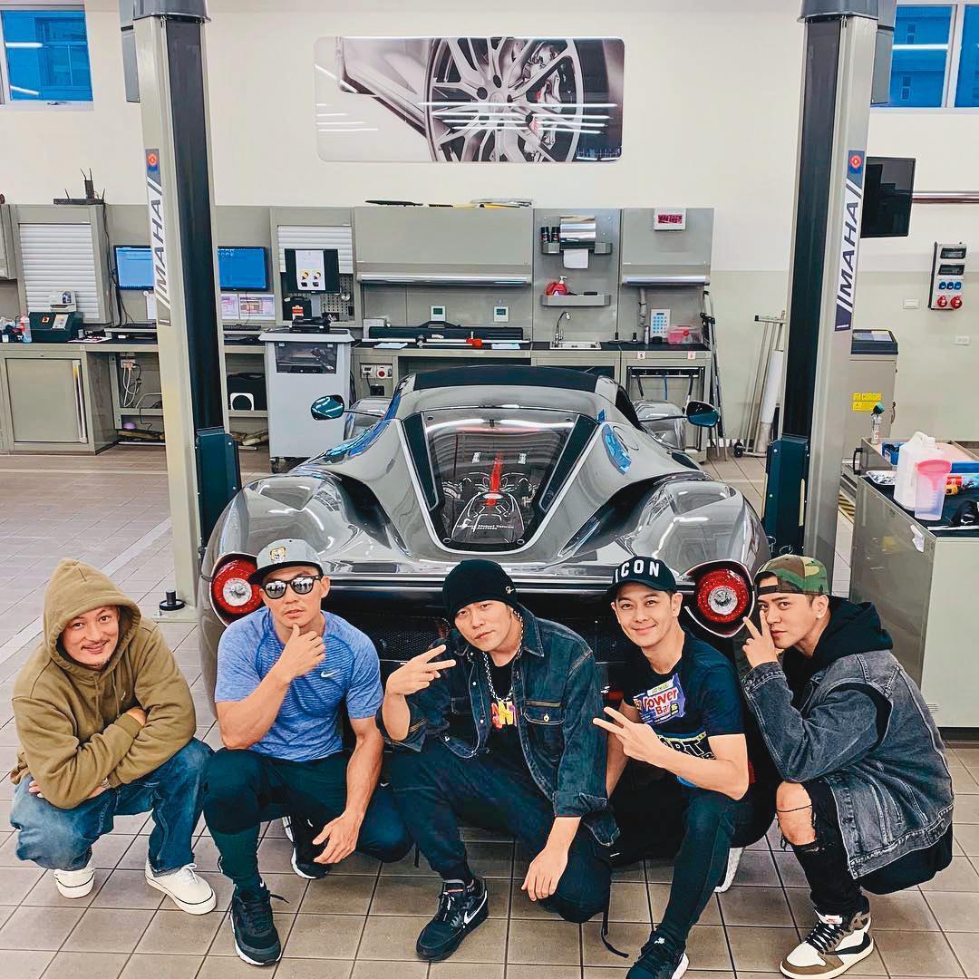 余文樂(左一)在台灣有不少台灣藝人朋友,常與周杰倫(右三起)、林志穎、羅志祥等相約聊車。(翻攝自余文樂IG)