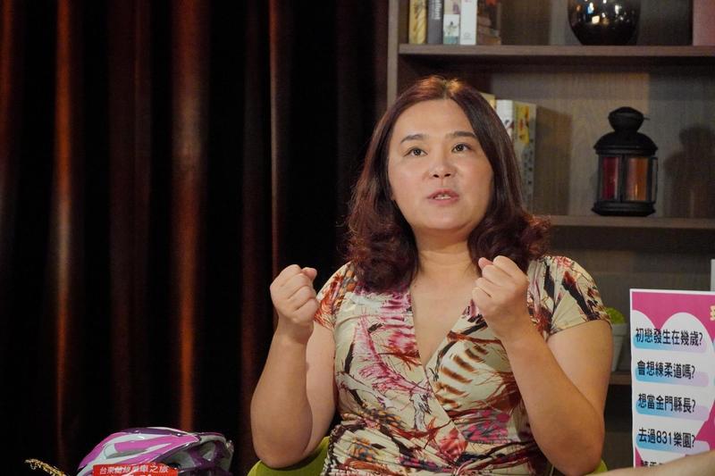 陳玉珍接受網路節目專訪時,特地換上低胸洋裝、腳踩10公分高跟鞋,散發滿滿女人味。(陳玉珍辦公室提供)