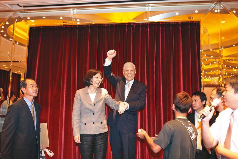 李登輝(右)在政壇有極大影響力,生前大力支持總統蔡英文(左)。(李登輝基金會提供)
