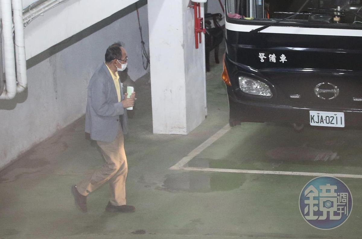 國民黨立委陳超明羈押禁見,被送上囚車。