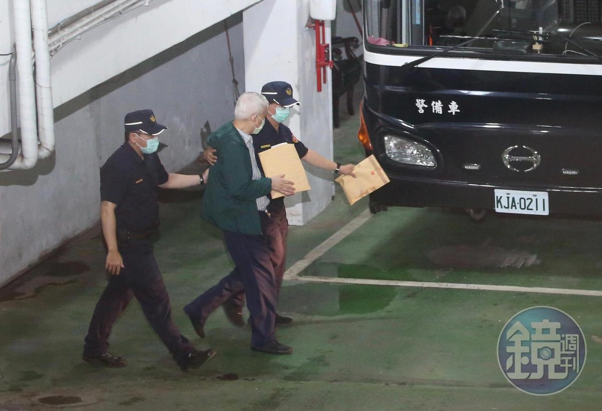 前太流公司董事長李恆隆被送上囚車。