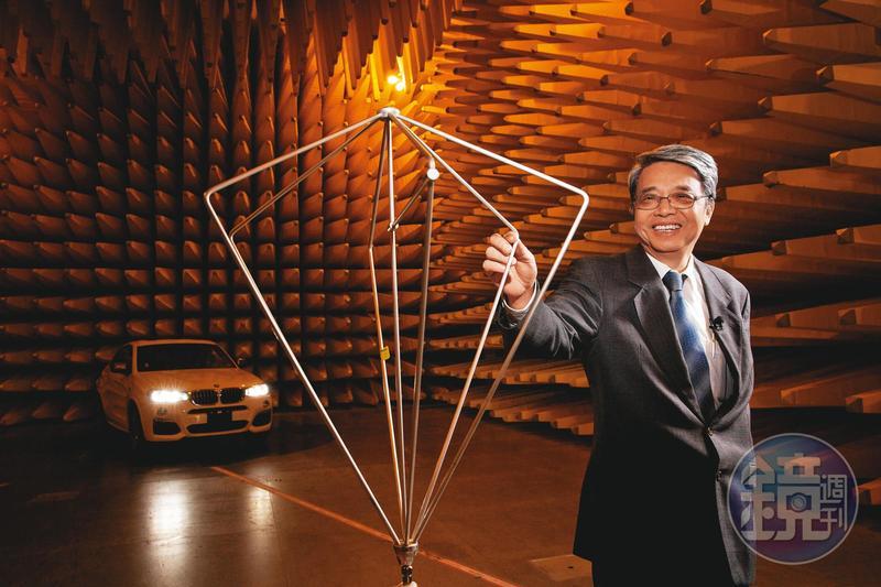 耕興公司副董王新添原本是工程師,80年代因為美國對電子產品制訂強制性安規,需要檢測電磁波,學會技術的他決定創業。