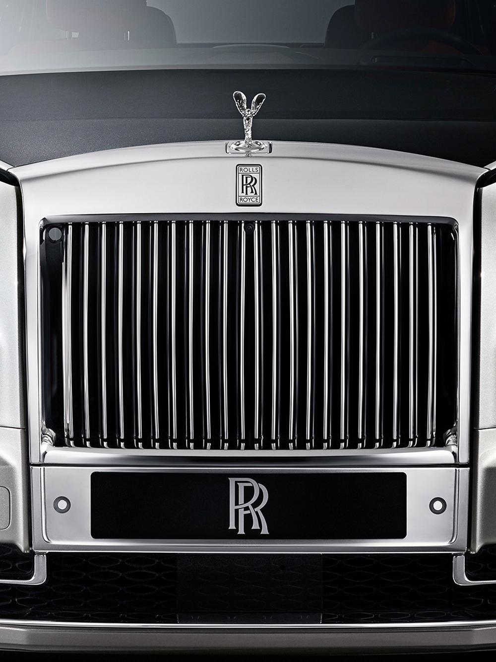 Rolls-Royce的設計師將此神殿的「神」與「形」融入水箱護罩的設計當中,應用黃金比例於設計上,通過22道精心打磨雕琢的格柵,創造出協調壯麗的視覺感受。